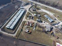Vue supérieure d'une petite ferme de réservoir Stockage de carburant et des lubrifiants Photo stock