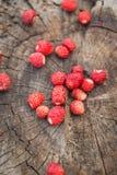 Vue supérieure d'une poignée de fraises sur un fond en bois photographie stock libre de droits