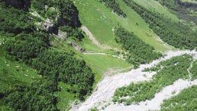 Vue supérieure d'une rivière dans les montagnes un jour ensoleillé Rivière sauvage de vue supérieure coulant entre les montagnes  clips vidéos