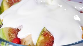 Vue supérieure d'une salade de fruits avec la mandarine, les oranges, le kiwi, les graines de grenade, les figues, la banane et l banque de vidéos
