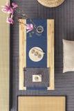Vue supérieure d'une table japonaise avec des sushi et des fleurs à côté de Tata Image libre de droits