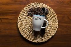 Vue supérieure d'une tasse de café avec des grains de café Photos libres de droits