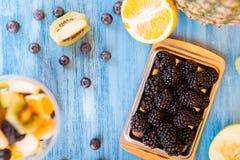 Vue supérieure d'une tasse pleine des fruits délicieux au-dessus d'un bureau en bois images libres de droits