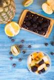 Vue supérieure d'une tasse pleine des fruits savoureux dans une tasse photos stock