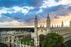 Vue supérieure d'Université de Cambridge au beau coucher du soleil et au ciel dramatique, Cambridge, R-U Photos stock