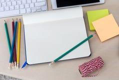 Vue supérieure dans la table moderne de bureau avec l'ordinateur portable, fre de smartphone Image stock