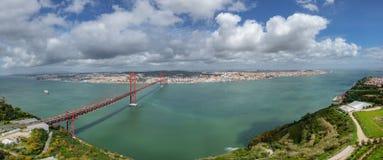 Vue supérieure de 25 De Abril Bridge et Lisbonne Photo stock