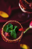 Vue supérieure de bagatelle de fraises, de chocolat et de mascarpone Photographie stock