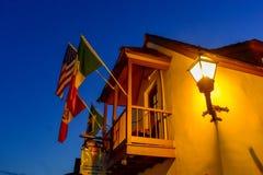 Vue supérieure de balcon et de drapeaux de manoir du 17ème siècle dans la côte historique de la Floride photographie stock