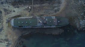 Vue supérieure de bateau abandonné projectile Vue mystérieuse de vieux bateau lavée sur le rivage L'atmosphère sombre de abandonn images libres de droits