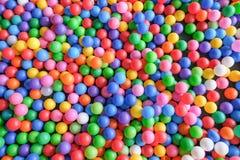 Vue supérieure de beaucoup de boules colorées dans la piscine de boule à l'intérieur au terrain de jeu photo stock