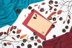 vue supérieure de belle composition d'automne avec les cartes vierges et le tissu Photographie stock