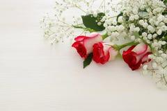 Vue supérieure de belles et sensibles roses sur le fond en bois Image stock