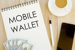 Vue supérieure de billet de banque, de stylo, de téléphone portable, d'une tasse de café et du carnet écrit avec le portefeuille  photos libres de droits
