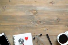 Vue supérieure de bloc-notes vide sur le bureau en bois avec le smartphone, stylo, s Image libre de droits