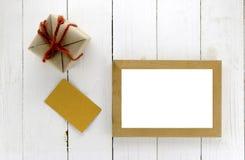 Vue supérieure de boîte-cadeau avec le cadre de carte et de photo Photo stock