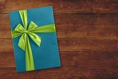 Vue supérieure de boîte-cadeau bleu au-dessus de bois Photo libre de droits