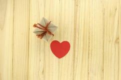 vue supérieure de boîte-cadeau de métier avec le coeur sur le concept en bois de fond Photographie stock