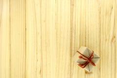 vue supérieure de boîte-cadeau de métier sur le bois Image stock