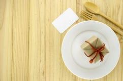 vue supérieure de boîte-cadeau de métier sur le plat sur le concept en bois FO de fond images libres de droits