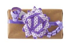 Vue supérieure de boîte-cadeau lilas d'arc d'isolement photos libres de droits