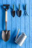 vue supérieure de boîte d'arrosage et d'équipement de jardinage sur le bleu Photos stock