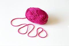 Vue supérieure de boule rose de fil avec le fil de laine sur le fond blanc Photographie stock