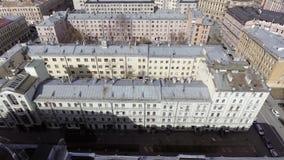 Vue supérieure de Breahtaking de façade beige de maison avec plusieurs fenêtres le jour ensoleillé banque de vidéos