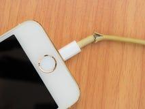 Vue supérieure de câble cassé de chargeur d'iPhone Photo libre de droits