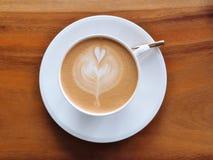 Vue supérieure de café d'art de latte avec le modèle de coeur Photo stock
