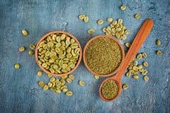 Vue supérieure de café non rôti vert vert avec les haricots moulus dans des cuvettes et la cuillère en bois photos stock