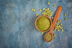 Vue supérieure de café non rôti vert vert avec les haricots moulus dans la cuvette et la cuillère en bois image libre de droits
