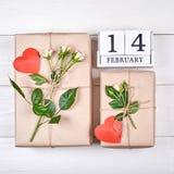 Vue supérieure de calendrier et de boîte-cadeau de bloc en bois avec des fleurs Image libre de droits