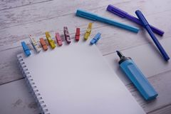 Vue supérieure de carnet ouvert avec la page vide et de stylos bleus sur une table en bois Concept de l'inspiration et de l'art P photo libre de droits