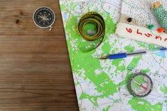 Vue supérieure de carte topographique et de boussole photo stock