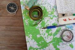 Vue supérieure de carte topographique et de boussole photo libre de droits