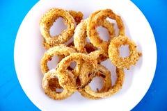 Vue supérieure de casse-croûte cuit au four d'anneaux d'oignon Photographie stock libre de droits
