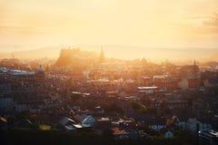 Vue supérieure de château et de ville d'Edimbourg au soleil Photos stock