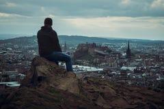 Vue supérieure de château, de ville et d'homme d'Edimbourg Photo libre de droits