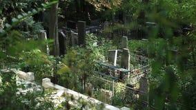 Vue supérieure de cimetière avec des croix et des pierres tombales banque de vidéos