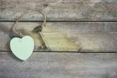 Vue supérieure de clé et de coeur sur le fond en bois Photos libres de droits