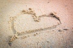 Vue supérieure de coeur sur le sable de la plage Image stock