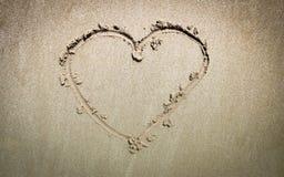 Vue supérieure de coeur sur le sable de la plage Photos stock
