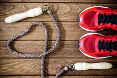 Vue supérieure de concept d'amour de forme physique des chaussures, de l'haltère et du jum de sport Photo stock