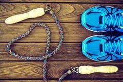 Vue supérieure de concept d'amour de forme physique des chaussures, de l'haltère et du jum de sport Photos stock