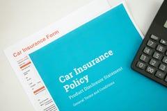 Vue supérieure de concept d'assurance auto avec la politique, la forme et la calculatrice d'insurense de voiture sur un fond blan photo libre de droits