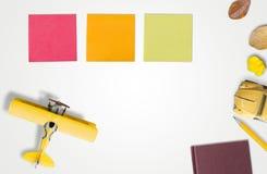 Vue supérieure de concept de planification de voyage Planification de vacances sur le CCB blanc images stock