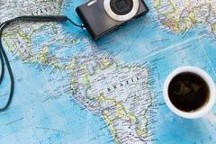 Vue supérieure de configuration plate d'aventure avec la tasse et l'appareil-photo de café Explorez le nouveau monde ou surfacer  photo libre de droits