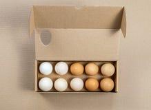 Vue supérieure de conteneur d'oeufs de carton avec quinze oeufs sur un fond brun photos libres de droits