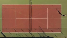 Vue supérieure de correspondance de tennis entre les concurrents, joueur faisant pour actionner le service, passe-temps images stock